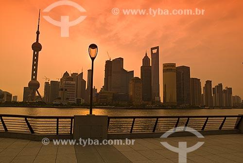Assunto: Vista do Distrito de Pudong - Destaque para Torre de Televisão Pérola Oriental / Local: Xangai - China - Ásia / Data: 05/2010