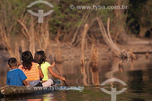 Assunto: Família de índios Sateré-Mawé em uma canoa nas margens do Rio Andira / Local: Parintins - Amazonas (AM) - Brasil / Data: 11/2008