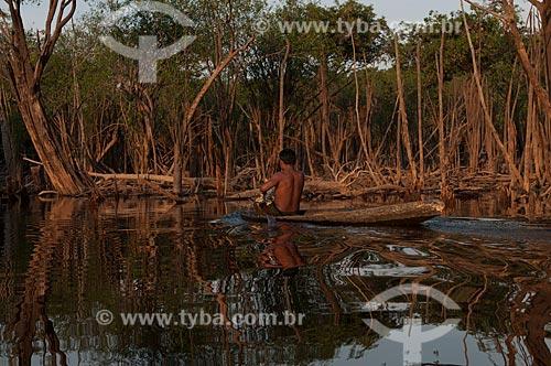 Assunto: Índio Sateré-Mawé em uma canoa nas margens do Rio Andira / Local: Parintins - Amazonas (AM) - Brasil / Data: 11/2008