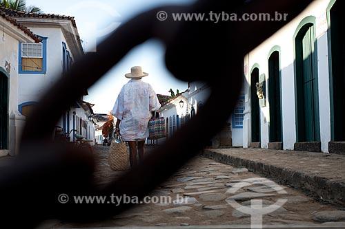 Assunto: Pessoa andando no centro histórico de Paraty / Local: Paraty - Rio de Janeiro (RJ) - Brasil / Data: 07/2011
