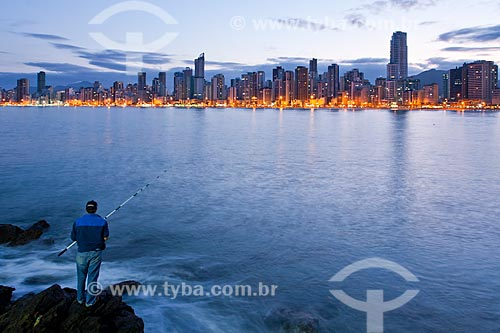 Assunto: Homem pescando no Pontal Norte / Local: Balneário Camboriú - Santa Catarina (SC) - Brasil / Data: 10/2011