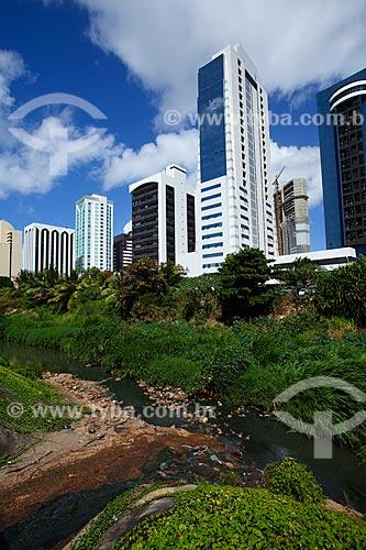 Assunto: Rio Camurujipe poluído com edifícios modernos da Avenida Tancredo Neves ao fundo / Local: Caminho das Árvores - Salvador - Bahia (BA) - Brasil / Data: 07/2011