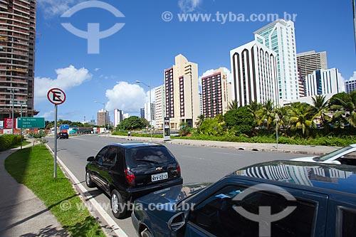 Assunto: Carros estacionados em local proíbido em rua lateral ao Shopping Salvador / Local: Caminho das Árvores - Salvador - Bahia (BA) - Brasil / Data: 07/2011