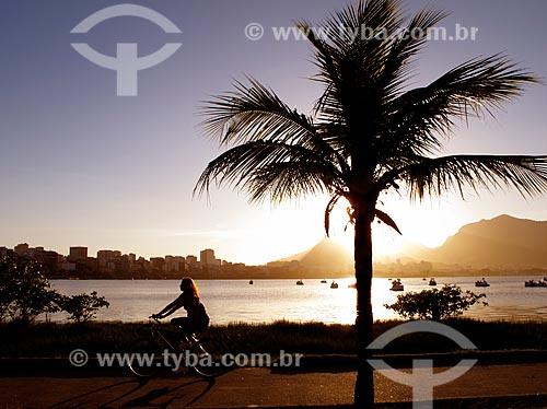 Assunto: Silhueta de ciclista na ciclovia da Lagoa Rodrigo de Freitas ao pôr do sol / Local: Lagoa - Rio de Janeiro (RJ) - Brasil / Data: 01/2011