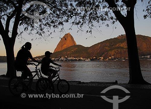 Assunto: Ciclistas no Aterro do Flamengo - Pão de Açúcar ao fundo / Local: Flamengo - Rio de Janeiro (RJ) - Brasil / Data: 07/2011