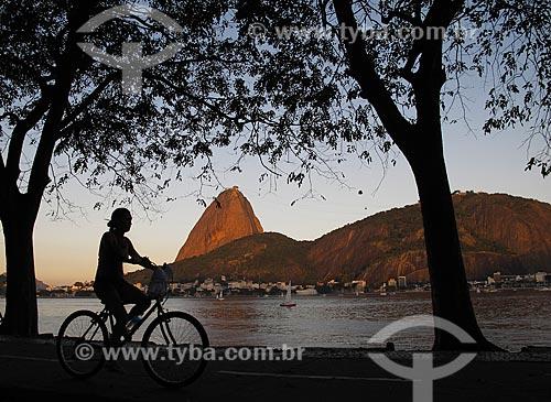Assunto: Ciclista no Aterro do Flamengo - Pão de Açúcar ao fundo / Local: Flamengo - Rio de Janeiro (RJ) - Brasil / Data: 07/2011
