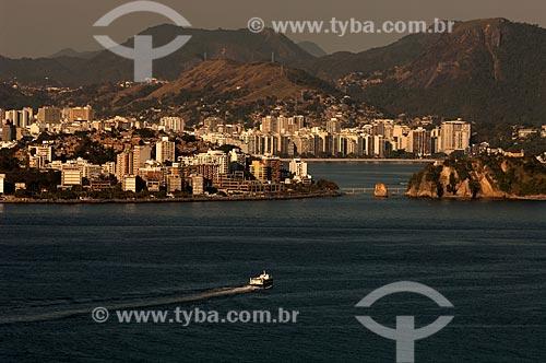 Assunto: Barca atravessando a Baía de Guanabara / Local: Niterói - Rio de Janeiro (RJ) - Brasil / Data: 08/2011