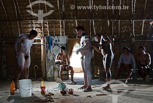 Assunto: Índios Kalapalo da Aldeia Aiha na casa dos homens se pintando para o Jawari / Local: Querência - Mato Grosso (MT) - Brasil / Data: 07/2011