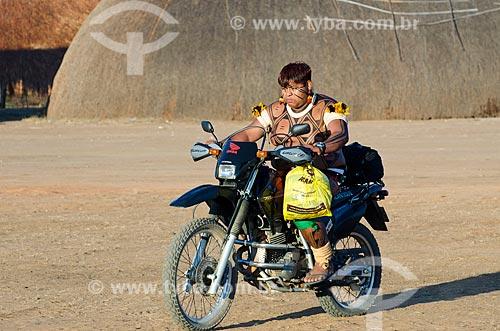 Assunto: Índio da etnia Waujá chegando de moto para o Jawari na Aldeia Aiha da etnia Kalapalo / Local: Querência - Mato Grosso (MT) - Brasil / Data: 07/2011