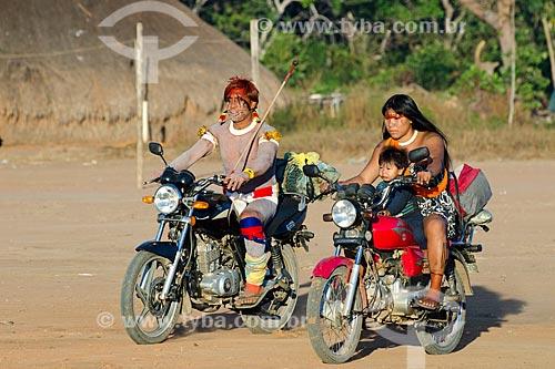Assunto: Casal e filho da etnia Waujá chegando de moto para o Jawari na Aldeia Aiha da etnia Kalapalo / Local: Querência  -  Mato Grosso  ( MT )   -  Brasil / Data: 07/2011
