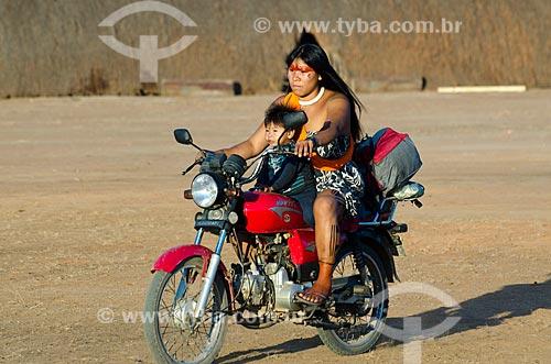Assunto: Mãe e filho da etnia Waujá chegando de moto para o Jawari na Aldeia Aiha da etnia Kalapalo / Local: Querência  -  Mato Grosso  ( MT )   -  Brasil / Data: 07/2011