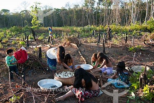 Assunto: Índias da Aldeia Aiha etnia Kalapalo indo para a colheita da mandioca / Local: Querência - Mato Grosso (MT) - Brasil / Data: 07/2011
