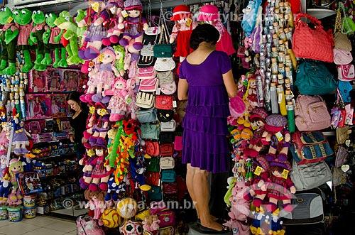 Assunto: Mulher em loja do Shopping popular da cidade de Montes Claros - norte de Minas Gerias / Local: Montes Claros - Minas Gerais (MG) - Brasil / Data: 09/2011