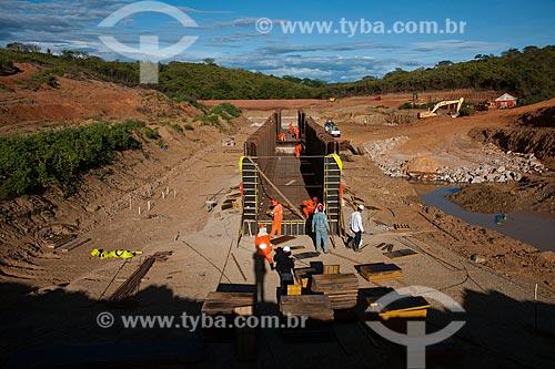 Assunto: Operários trabalhando na amarração das ferragens de bueiro - Projeto de Integração do Rio São Francisco com as bacias hidrográficas do Nordeste Setentrional  / Local: Salgueiro - Pernambuco (PE) - Brasil / Data: 05/2011