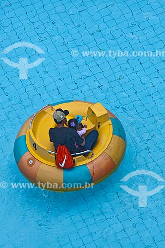 Assunto: Pai e filha brincando com bóia em uma piscina em parque de diversão  / Local: Belo Horizonte - Minas Gerais (MG) - Brasil / Data: 02/11/2011