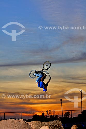 Assunto: Manobra radical na BMX / Local: Teresina - Piauí (PI) - Brasil / Data: 10/2011