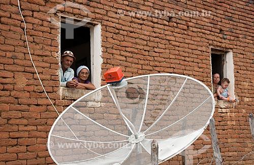 José Francisco da Silva com sua esposa, nora e neto - Desapropriados para a contrução do Reservatório Cacimba Nova - obra da transposição do Rio São Francisco  - Custódia - Pernambuco - Brasil