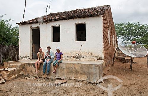 José Francisco da Silva com sua esposa, nora e neto no colo - Desapropriados para a contrução do Reservatório Cacimba Nova - obra da transposição do Rio São Francisco  - Custódia - Pernambuco - Brasil
