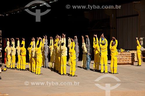 Assunto: Operários da Ferrovia Transnordestina fazendo ginástica laboral - TLSA - Transnordestina Logística S/A  / Local: Salgueiro - Pernambuco (PE) - Brasil / Data: 10/2011