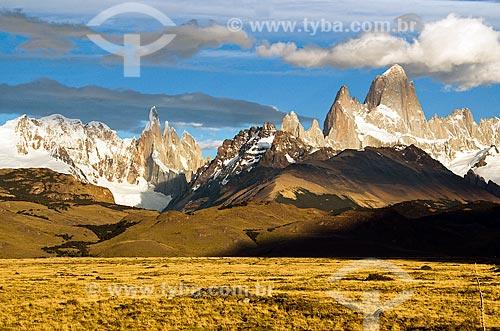 Assunto: Vista do Monte Fitz Roy e Monte Torre ao amanhecer  / Local: El Chalten - Província de Santa Cruz - Argentina - América do Sul / Data: 02/2010