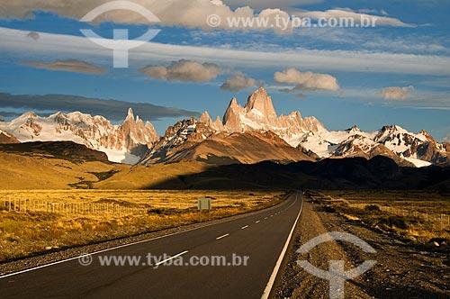 Assunto: Vista da Estrada 23 ao fundo Monte Fitz Roy e Monte Torre / Local: El Chalten - Província de Santa Cruz - Argentina - América do Sul / Data: 02/2010