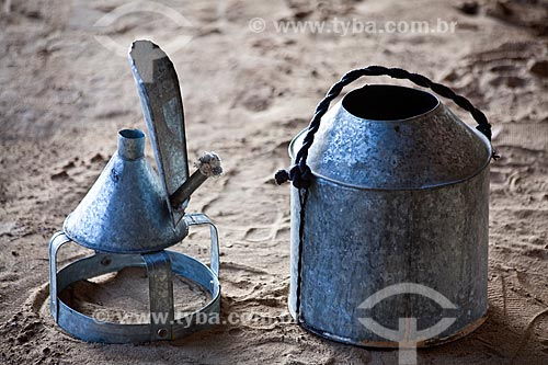 Assunto: Projeto Encauchados Vegetais, poronga (tipo de lamparina) e balde para coleta do látex  / Local: Rio Branco - Acre (AC) - Brasil / Data: 11/2011