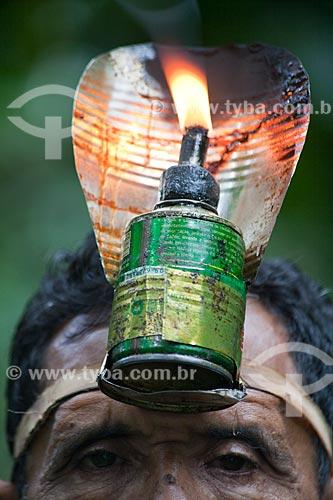 Assunto: Projeto Encauchados Vegetais, seringueiro com uma poronga (tipo de lamparina) na cabeça - Reserva Extrativista Cazumbá / Local: Sena Madureira - Acre (AC) - Brasil / Data: 11/2011