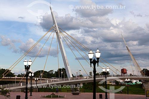 Assunto: Postes de iluminação no Calçadão da Gameleira com passarela estaiada Governador Joaquim Macedo ao fundo / Local: Rio Branco - Acre (AC) - Brasil / Data: 11/2011