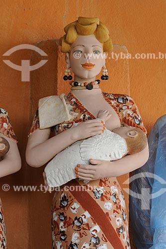 Assunto: Escultura em cerâmica de figura feminina segurando uma criança - Obra da artesã Isabel Mendes da Cunha / Local: Distrito Santana do Araçuaí - Ponto dos Volantes - Minas Gerais (MG) - Brasil / Data: 11/2011