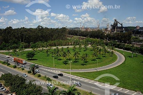 Assunto: Vista da Rodovia Fernão Dias ao fundo Fábrica da Usiminas / Local: Ipatinga - Minas Gerais (MG) - Brasil / Data: 11/2011