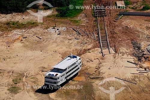 Assunto: Vista de Barco encalhado / Local: Iranduba - Amazonas (AM) - Brasil / Data: 11/2010