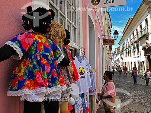 Assunto: Turista em loja do Pelourinho / Local: Salvador - Bahia (BA) - Brasil / Data: 01/2012