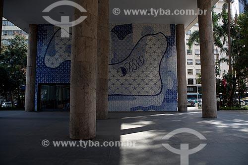 Assunto: Colunas do Palácio Gustavo Capanema (Antigo prédio do MEC) com painel de Cândido Portinari ao fundo / Local: Centro - Rio de Janeiro (RJ) - Brasil / Data: 09/2011