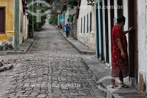 Assunto: Mulher abrindo porta de casa em Igatu / Local: Andaraí - Bahia (BA) - Brasil / Data: 01/2012