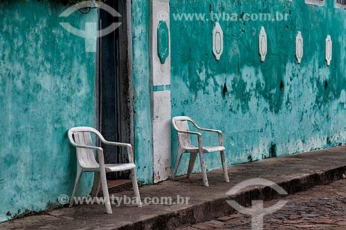 Assunto: Cadeiras na calçada em frente à casario histórico de Igatu / Local: Andaraí - Bahia (BA) - Brasil / Data: 01/2012