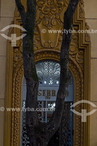 Assunto: Árvore na frente do portão do Edifício Serrano na Rua dos Andradas / Local: Porto Alegre - Rio Grande do Sul (RS) - Brasil / Data: 12/2011