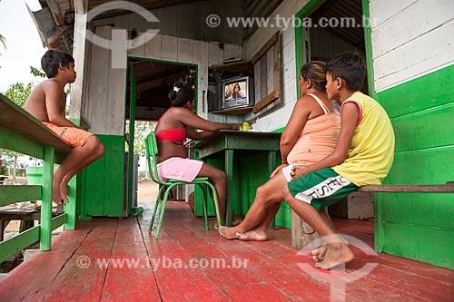 Assunto: Moradores da comunidade ribeirinha de Sobrado assistindo tv / Local: Novo Airão - Amazonas (AM) - Brasil / Data: 10/2011