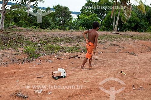 Assunto: Moradores da comunidade ribeirinha de Sobrado - Criança puxando carrinho de brinquedo / Local: Novo Airão - Amazonas (AM) - Brasil / Data: 10/2011