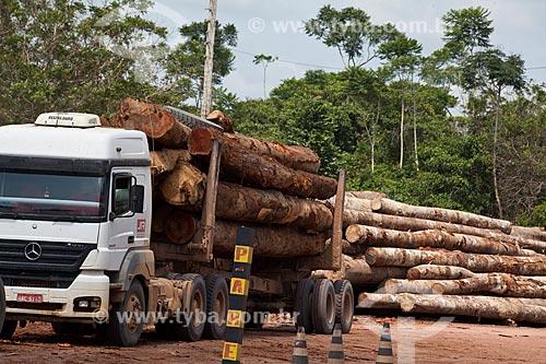 Assunto: Caminhão com toras de madeira certificada da empresa Precious Woods Amazon  / Local: Itacoatiara - Amazonas (AM) - Brasil / Data: 10/2011