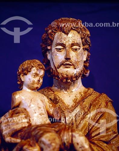 Assunto: Escultura em madeira de figura masculina e criança do Museu das Missões / Local: São Miguel das Missões - Rio Grande do Sul (RS) - Brasil / Data: 01/2006