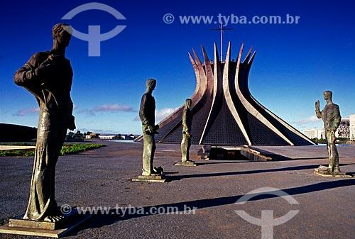Assunto: Escultura Os Quatro Evangelistas e ao fundo Catedral Metropolitana de Nossa Senhora Aparecida / Local: Brasília - Distrito Federal (DF) - Brasil / Data: 04/2008