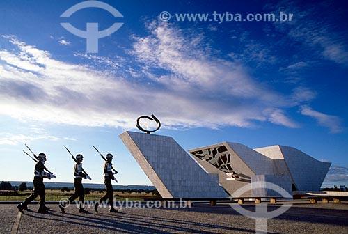 Assunto: Soldados marchando em frente ao Panteão da Pátria e da Liberdade Tancredo Neves / Local: Brasília - Distrito Federal (DF) - Brasil / Data: 04/2008