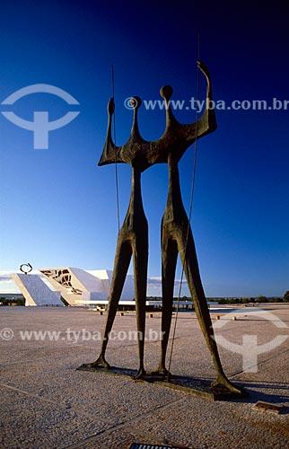 Assunto: Escultura Os Guerreiros (Os Candangos) com Panteão da Pátria e da Liberdade Tancredo Neves ao fundo / Local: Brasília - Distrito Federal (DF) - Brasil / Data: 04/2008
