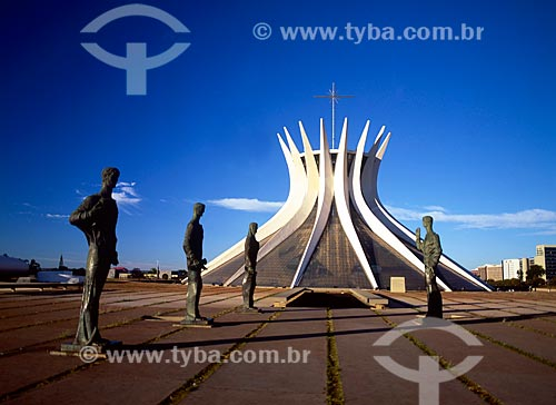 Assunto: Escultura Os Quatro Evangelistas e ao fundo Catedral Metropolitana de Nossa Senhora Aparecida / Local: Brasília - Distrito Federal (DF) - Brasil / Data: 05/2009