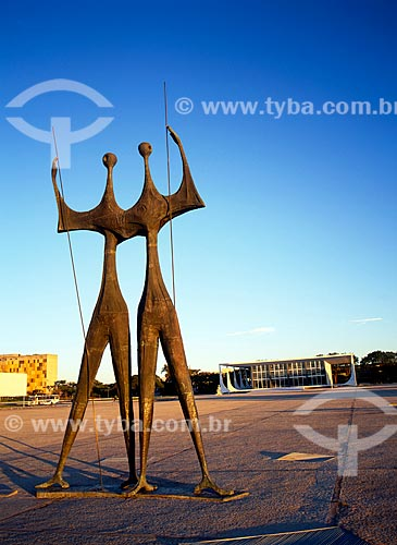 Assunto: Escultura Os Guerreiros (Os Candangos) com a sede do Supremo Tribunal federal ao fundo  / Local: Brasília - Distrito Federal (DF) - Brasil / Data: 04/2008