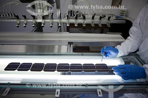 Cientista manipulando lâminas de silício durante processo de metalização das mesmas - Laboratório de Células Solares do Núcleo Tecnológico de Energia Solar da PUC-RS  - Porto Alegre - Rio Grande do Sul - Brasil