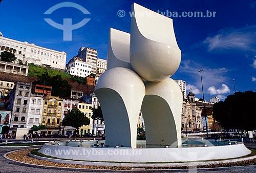 Assunto: Escultura de Mário Cravo na Praça Visconde de Cairu com elevador Lacerda ao fundo / Local: Salvador - Bahia (BA) - Brasil / Data: 11/2008