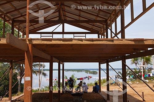 Assunto: Construção na comunidade ribeirinha de Aracari com o Rio Negro ao fundo  / Local: Novo Airão - Amazonas (AM) - Brasil  / Data: 10/2011