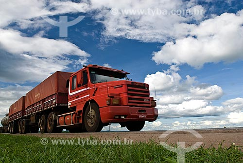 Assunto: Caminhão graneleiro transportando soja - Trecho da Rodovia BR-163 / Local: Rondonópolis - Mato Grosso (MT) - Brasil / Data: 2010
