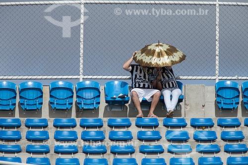 Assunto: Casal de torcedores do Ceará com sombrinha se protegendo do sol durante o jogo Ceará x Santos pelo Campeonato Brasileiro Série A / Local: Fortaleza - Ceará (CE) - Brasil / Data: 11/2011